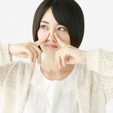 おでこや鼻が臭い!?脂が原因となるテカリと臭いの対策ガイド